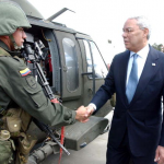 Colin Powell beim Staatsbesuch in Kolumbien | Quelle: Wikimedia Commons
