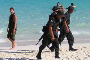 Soldaten am Strand in Mexiko