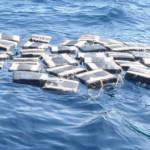 Wasserdicht verpackte Drogen nahe Zentralamerika Beschlagnahmte Drogenpakete in der Nähe der Küste von Zentralamerika | Bild (Ausschnitt): ©  Coast Guard News [CC BY-NC-ND 2.0]  - Flickr
