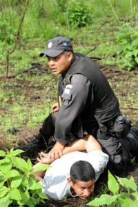 Guatemaltekischer Polizist verhaftet Drogenhändler