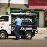 Polizeiauto und Polizist, Philippinen Vor wenigen Tagen veröffentlichte die Nachrichtenagentur Reuters Filmmaterial, welches illegale Hinrichtungen durch philippinische Beamte  zeigt. | Bild (Ausschnitt): ©  Brian Evans [CC BY-ND 2.0]  - Flickr