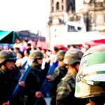 Soldaten Mexiko Bei 505 Prozessen gegen wegen Menschenrechtsverletzungen angeklagter Soldaten gab es in Mexiko zwischen 2012 und 2016 nur 16 Verurteilungen. | Bild (Ausschnitt): ©  Kinolamp [CC BY-SA 2.0]  - Flickr