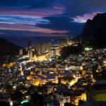 Rocinha Der Stadtteil Rocinha bei Nacht: Wird dort die Drogenkriminalität nach der verhaftung des Drogenkönigs zurückgehen? Nein, sagen Experten. | Bild (Ausschnitt): © Igor Fernando [CC BY-NC 2.0]  - Flickr