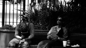 Zwei chinesische Männer konsumieren Drogen